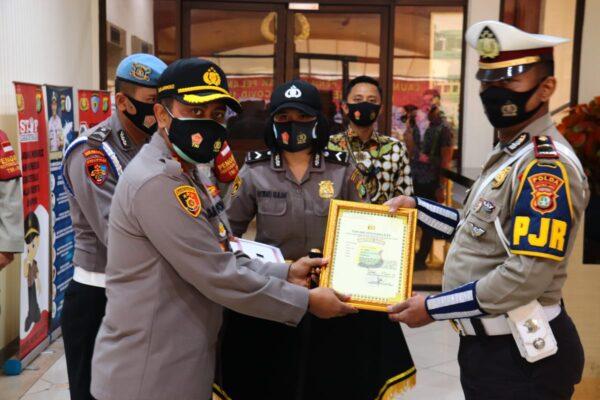 Tiga Anggota Polri Berprestasi Ini Dapat Penghargaan 113