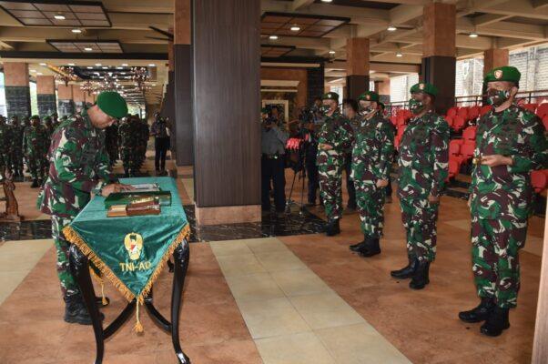 Kasad Pimpin Sertijab 5 Jabatan Strategis dan Terima Laporan Kenaikan Pangkat Perwira Tinggi TNI AD 114