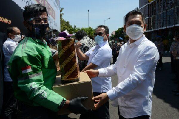Komisi III Bersama Kapolda Jatim Berikan Bantuan Sembako dan Masker 113