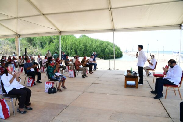 Presiden Serahkan Bantuan Modal Kerja untuk Pelaku Usaha Kecil di Labuan Bajo 113
