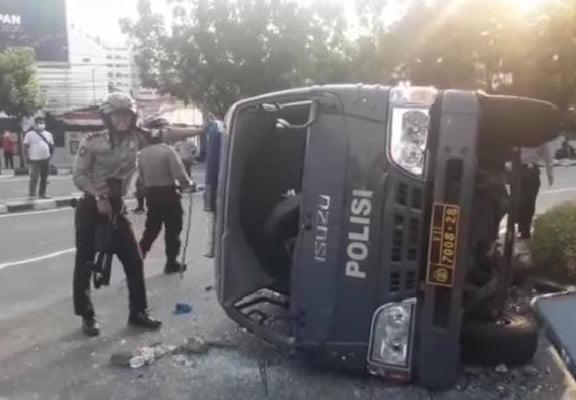 Ricuh di Pejompongan, Satu Mobil Polisi Dirusak dan Digulingkan 109