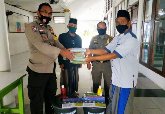 Perkuat Masjid Tangguh Jaya, Polsek Kep Seribu Utara Salurkan Bantuan Peralatan Prokes 113