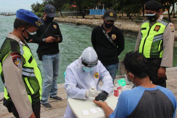 ABK Kapal Ikan dan Pegawai Pulau Resort di Rapid Tes Oleh Tim Pemburu Covid-19 Polres Kep Seribu 114