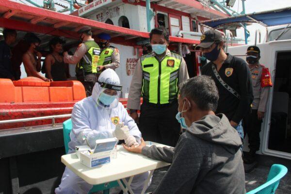 ABK Kapal Ikan dan Pegawai Pulau Resort di Rapid Tes Oleh Tim Pemburu Covid-19 Polres Kep Seribu 113