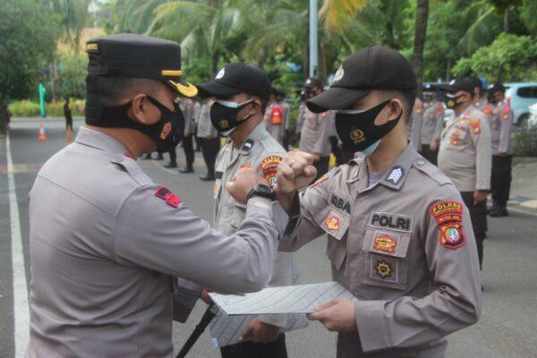 Kapolres Kepulauan Seribu, Beri Penghargaan Kepada 2 Personel Berprestasi 113
