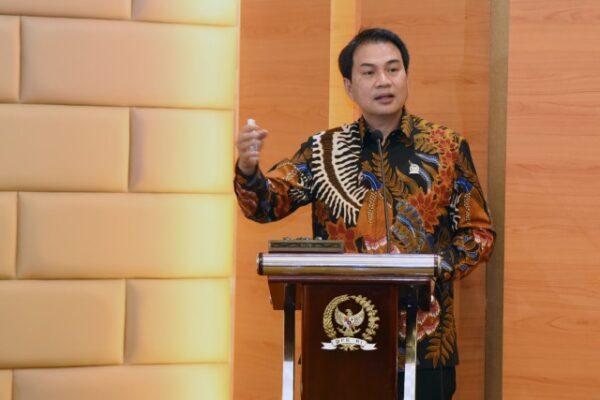 DPR Sesalkan Publik Figur Langgar Prokes Usai Divaksin 111