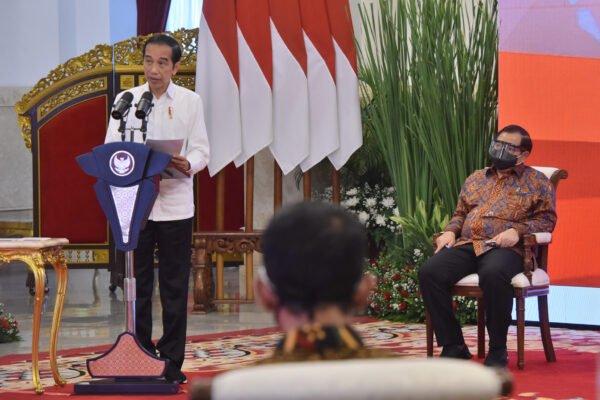 Presiden Jokowi Minta Menteri dan Gubernur Kawal Proses Penyaluran Bansos 113