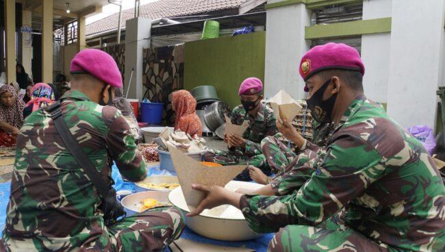 Dapur Lapangan Marinir Siapkan 1.000 Bungkus Makanan Per Hari Untuk Korban Banjir Kalsel 111