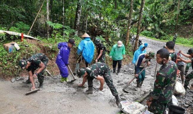 Batalyon Armed 6 Divif 3 Kostrad Ikut Andil Membangun Jalan Desa Sicini Kabupaten Gowa 111