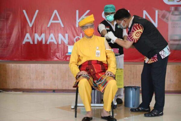 Tampil Pakai Baju Adat, Ganjar Pranowo Jalani Penyuntikan Vaksin Dosis Kedua 111