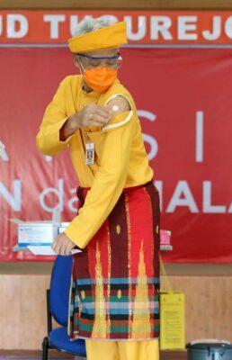 Tampil Pakai Baju Adat, Ganjar Pranowo Jalani Penyuntikan Vaksin Dosis Kedua 112