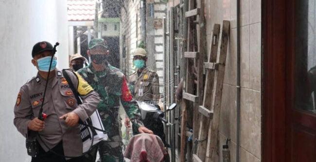 TNI-Polri Semprotkan Disinfektan di Hari Pertama PPKM 113