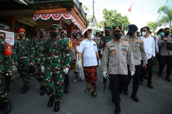 Cek Penegakan Prokes, Panglima TNI – Kapolri Kelilingi Dua Pasar Di Bali 113