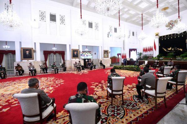 Presiden Jokowi Instruksikan TNI dan Polri Dukung Penuh Kebijakan Penanganan Pandemi 111