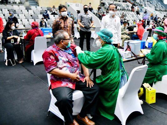 Presiden Jokowi Tinjau Pelaksanaan Vaksinasi Massal SDM Kesehatan di DKI Jakarta 111