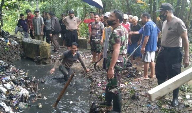 3 Pilar Warungasem Gotong-royong Bersihkan Saluran dan Irigasi 113