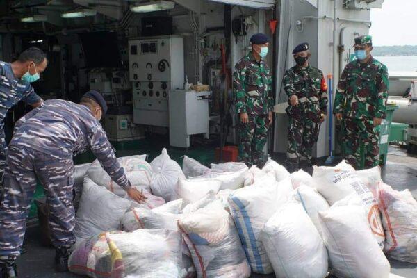 TNI Angkatan Laut Bawa Bantuan Musibah di Kupang, Nusa Tenggara Timur 114
