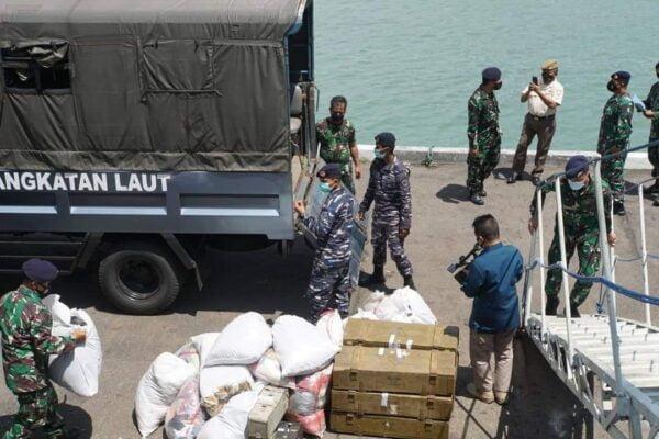 TNI Angkatan Laut Bawa Bantuan Musibah di Kupang, Nusa Tenggara Timur 113