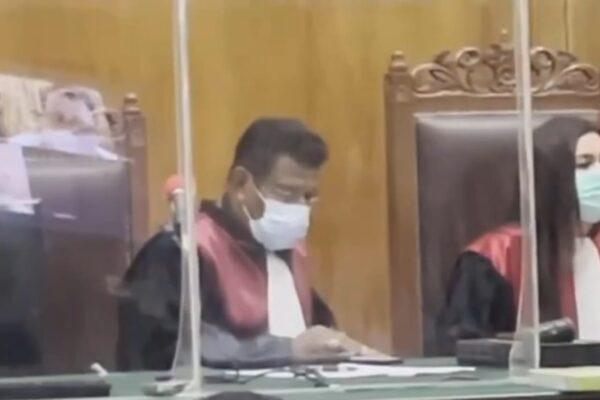 Waduh Hakim di PN Surabaya Main Handphone Saat Pembacaan Pledoi Kasus Morowali 113