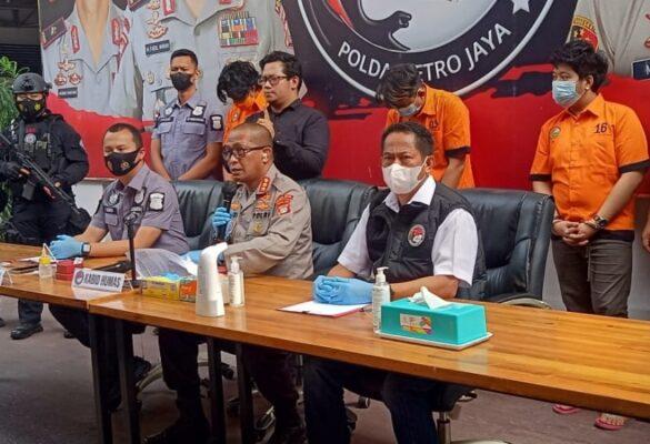 Polisi Ringkus Dua Pengedar yang Jual Sabu ke Anak Rita Sugiarto 113