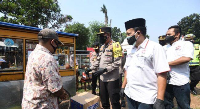 Berikan 1.000 Sembako ke PKL Jakarta, Kakorlantas Polri Dengar Curhatan Pedagang 113