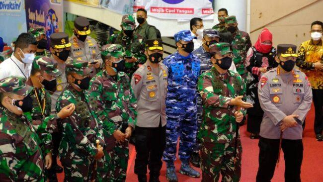 Jelang Hari Kemerdekaan, Kapolri dan Panglima TNI Tinjau Akselerasi Vaksinasi Massal di Kaltim 113