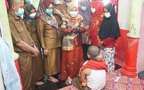 Kunjungi Penderita Tumor Otak, Ketua PKK Lamsel Berikan Semangat 113